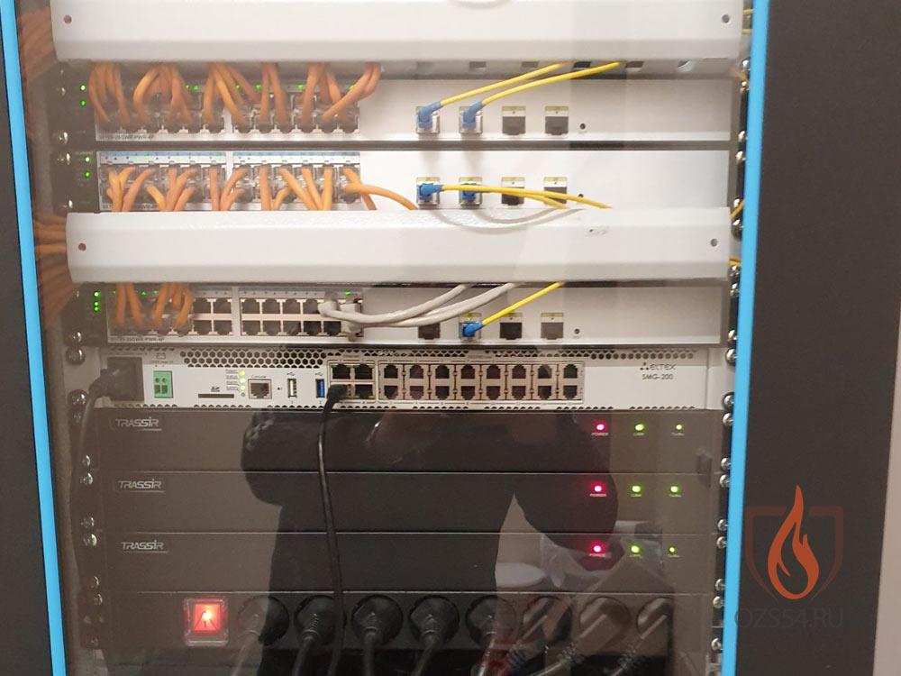 Внутренние элементы стойки структурированной  кабельной сети