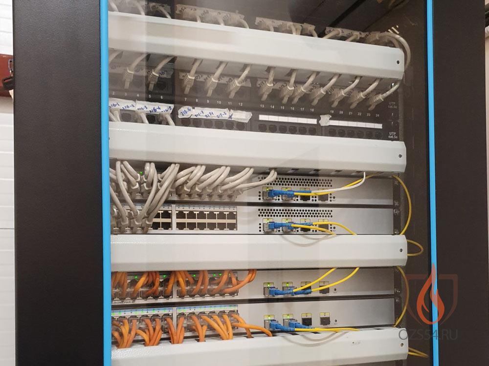 Монтаж структурированной стойки кабельной сети на объекте со встроенными видеорегистраторами API видеонаблюдения